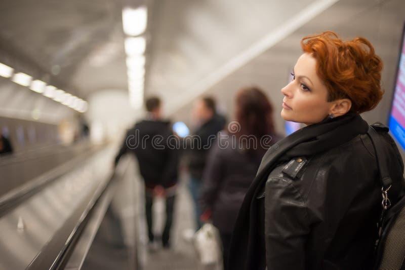 Kobieta w metro eskalatoru tounel zdjęcia royalty free