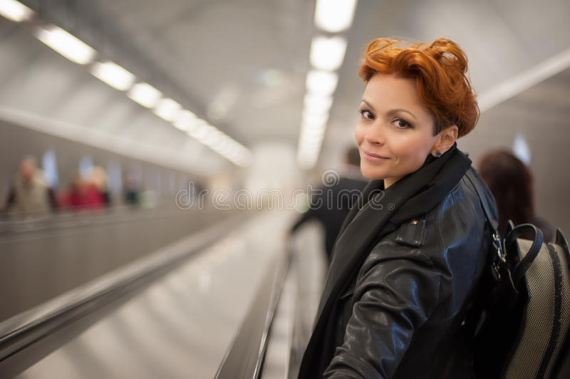 Kobieta w metro eskalatoru tunelu obrazy stock