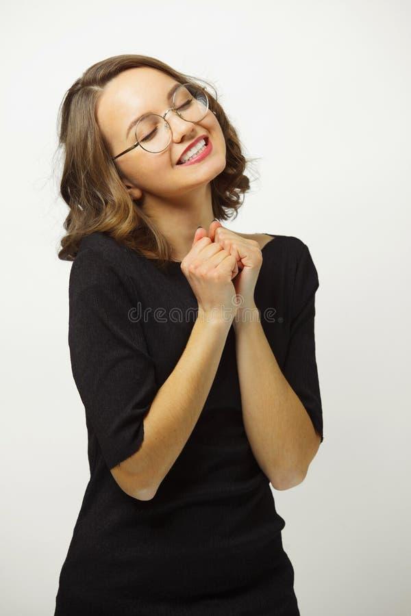Kobieta w miłość prasach przewodzi przeciw ramieniu, chudy ręki przeciw klatce piersiowej i ściśnięcia w pięści, uroczego serce zdjęcie stock