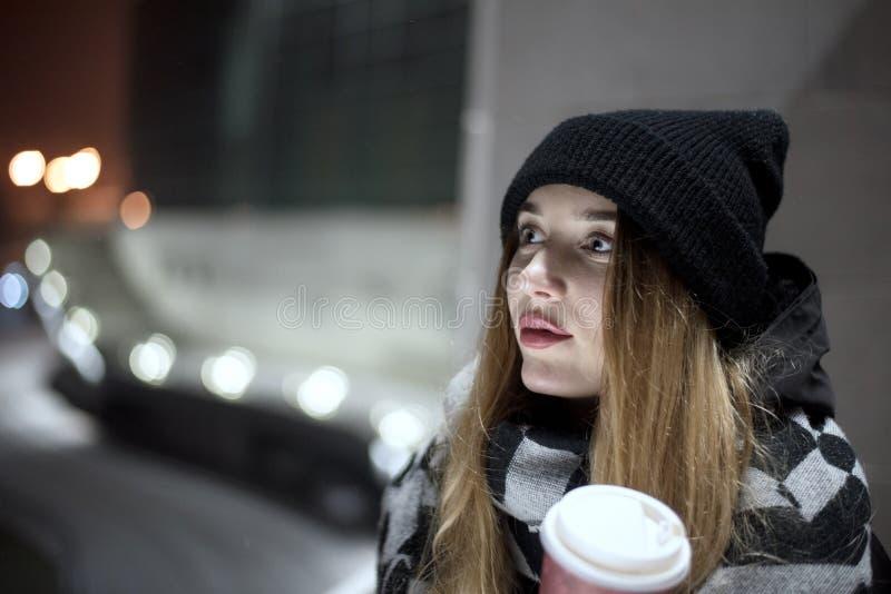 Kobieta w mieście w zimie zdjęcie stock