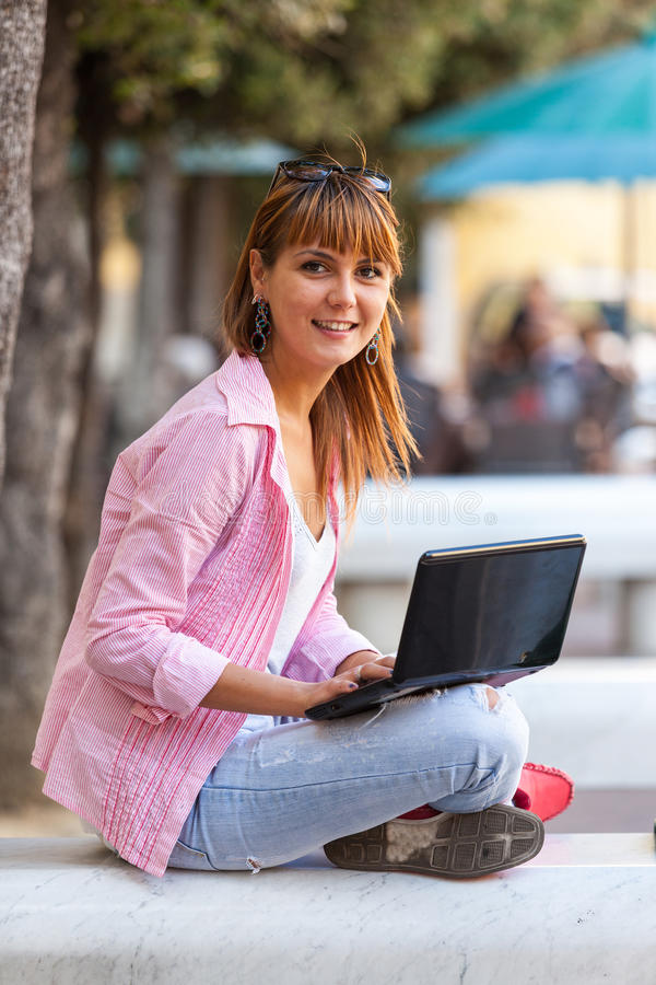 Download Kobieta w mieście zdjęcie stock. Obraz złożonej z notatnik - 28953424