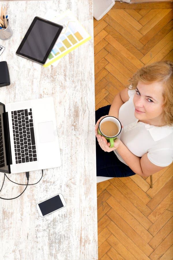 Download Kobieta W Ministerstwie Spraw Wewnętrznych Zdjęcie Stock - Obraz złożonej z kawa, zadumany: 57653736