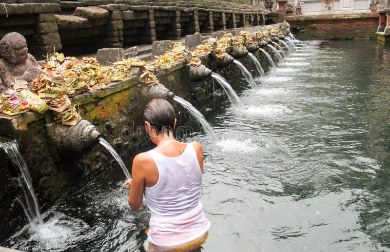 Kobieta w modlitwie w świętej wodzie przy Pura Tirta Empul, hinduska świątynia zdjęcie royalty free
