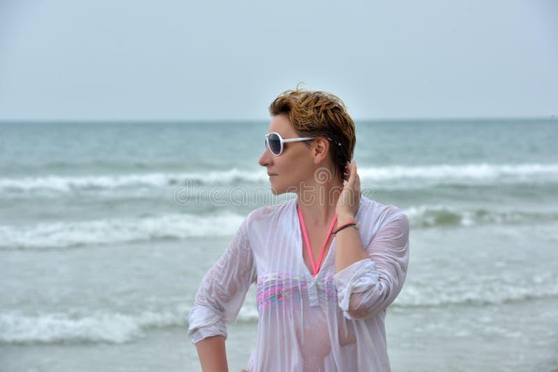 Kobieta w mokrej białej kąpanie bluzce zdjęcie stock