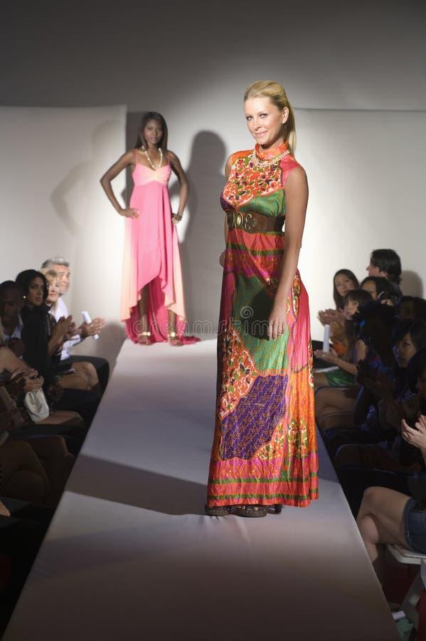 Kobieta W Multicoloured sukni Na moda wybiegu obrazy stock