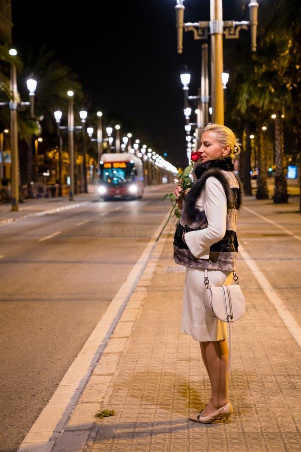 Kobieta w noc mieście zdjęcie royalty free