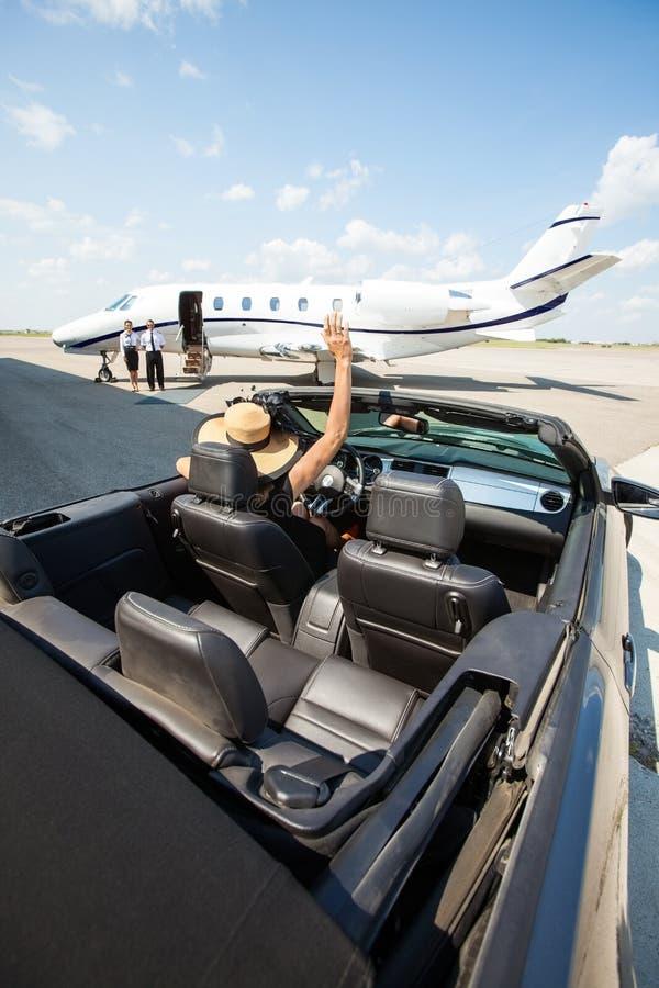 Kobieta W Odwracalnym falowaniu Pilotować I zdjęcie stock
