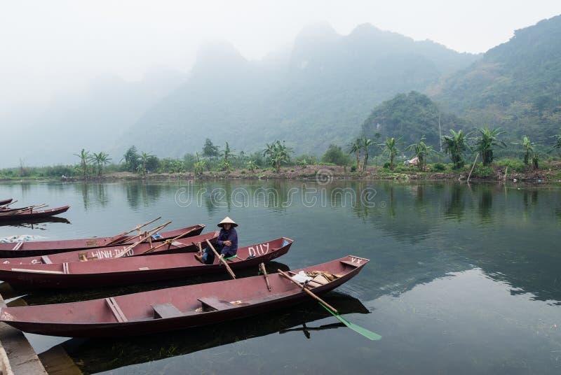 Download Kobieta w łodzi, Wietnam zdjęcie editorial. Obraz złożonej z hanoi - 28957266