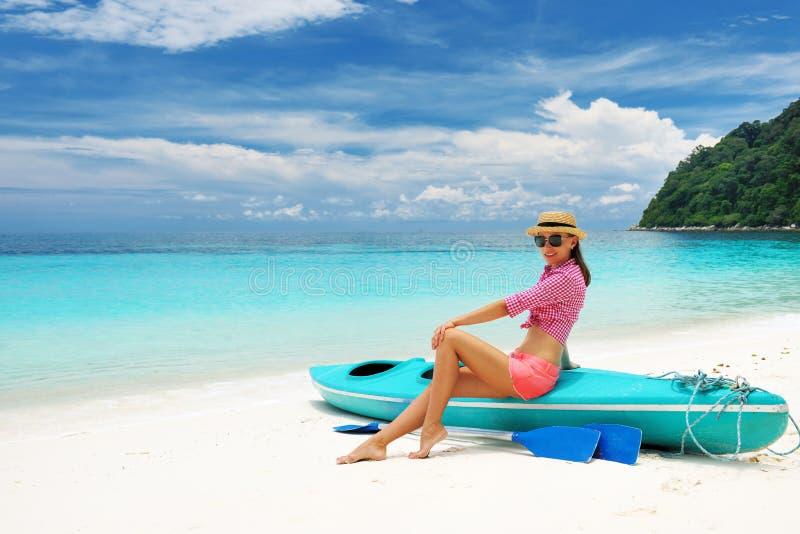 Kobieta w okularach przeciwsłoneczne przy plażą zdjęcia stock