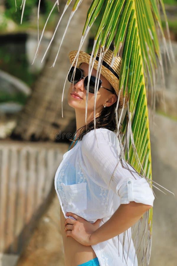 Kobieta w okularach przeciwsłoneczne zbliża drzewka palmowego obrazy stock