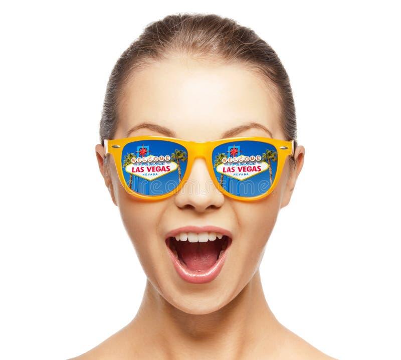 Kobieta w okularach przeciwsłonecznych z lasu Vegas znaka odbiciem fotografia royalty free