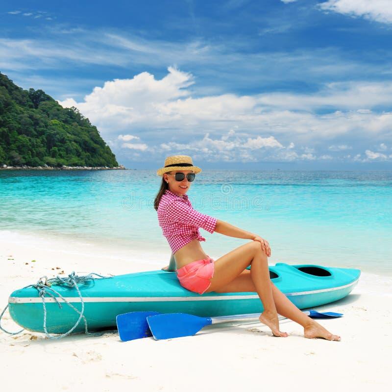 Kobieta w okulary przeciwsłoneczne przy plażą obrazy royalty free