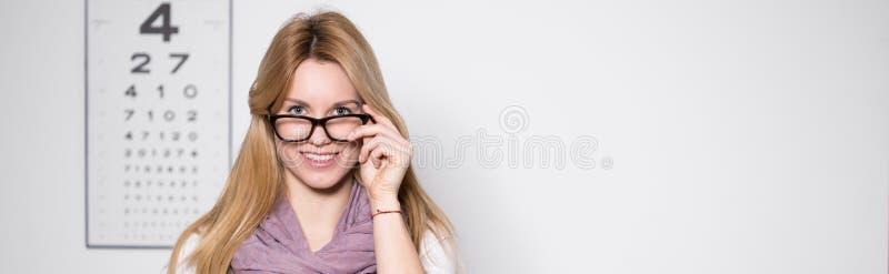 Kobieta w okulisty biurze obraz royalty free
