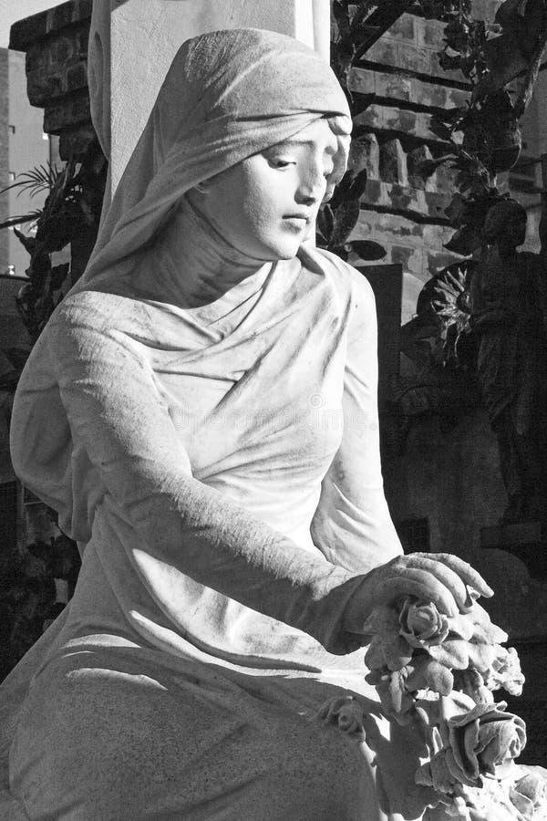 Kobieta w opłakiwać sztuki rzeźbę Recoleta cmentarz obrazy stock