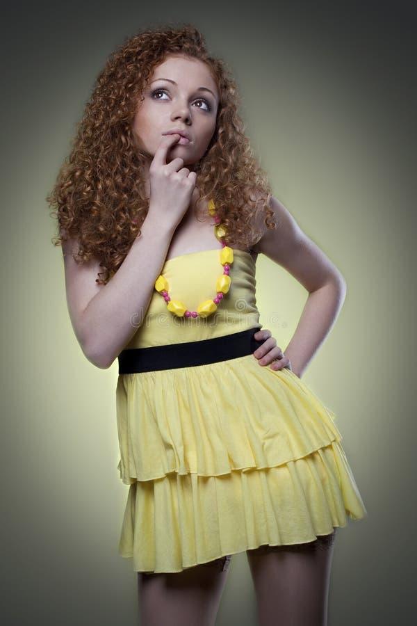 kobieta w ostrej kolor żółty sukni zdjęcie stock