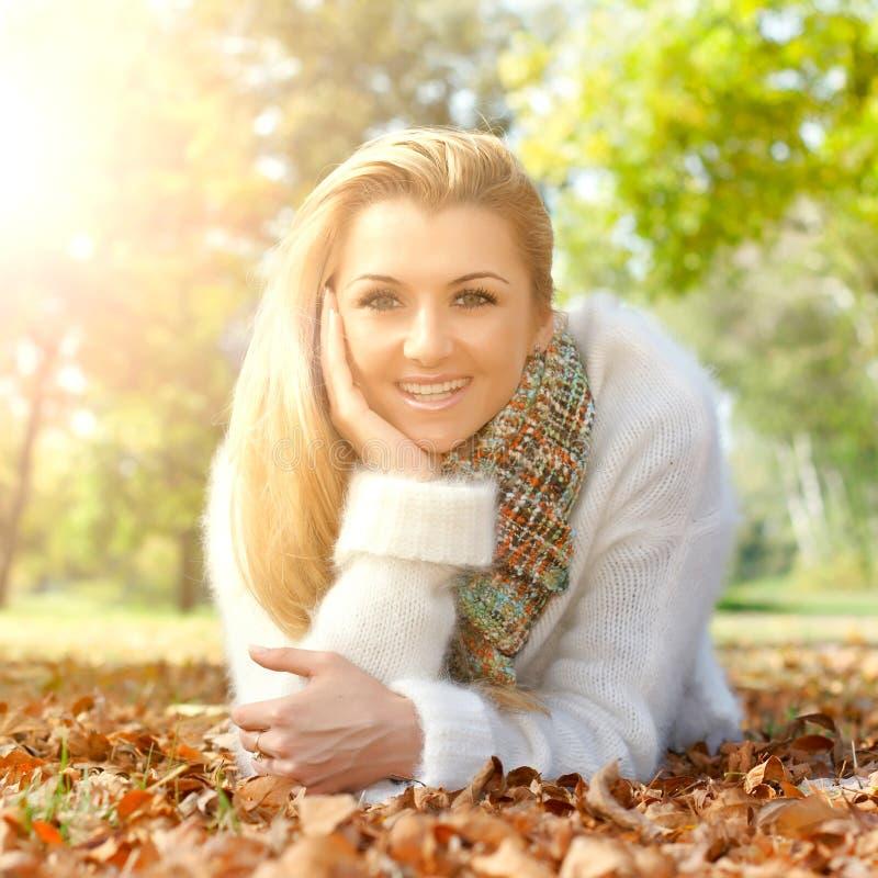 Kobieta w parku zdjęcia royalty free