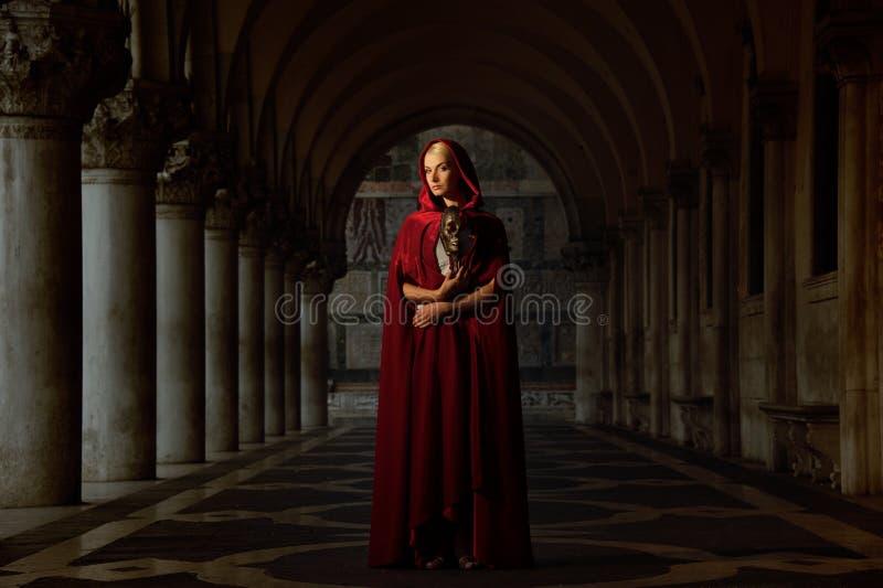 Kobieta w pelerynie peleryna obrazy royalty free