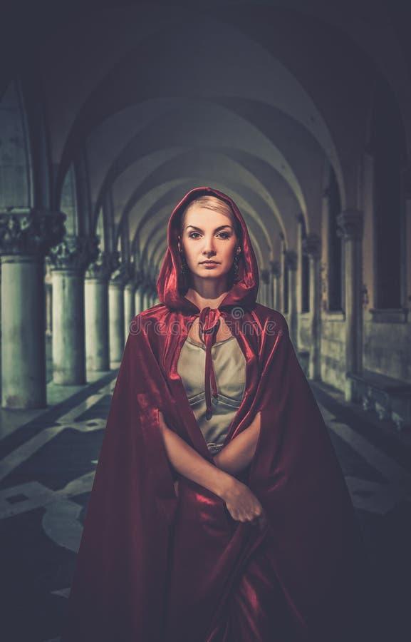 Kobieta w pelerynie plenerowej obrazy stock