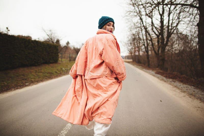 Kobieta w pięknej biel sukni i żakiecie jedzie po drodze Tylny viev obraz stock