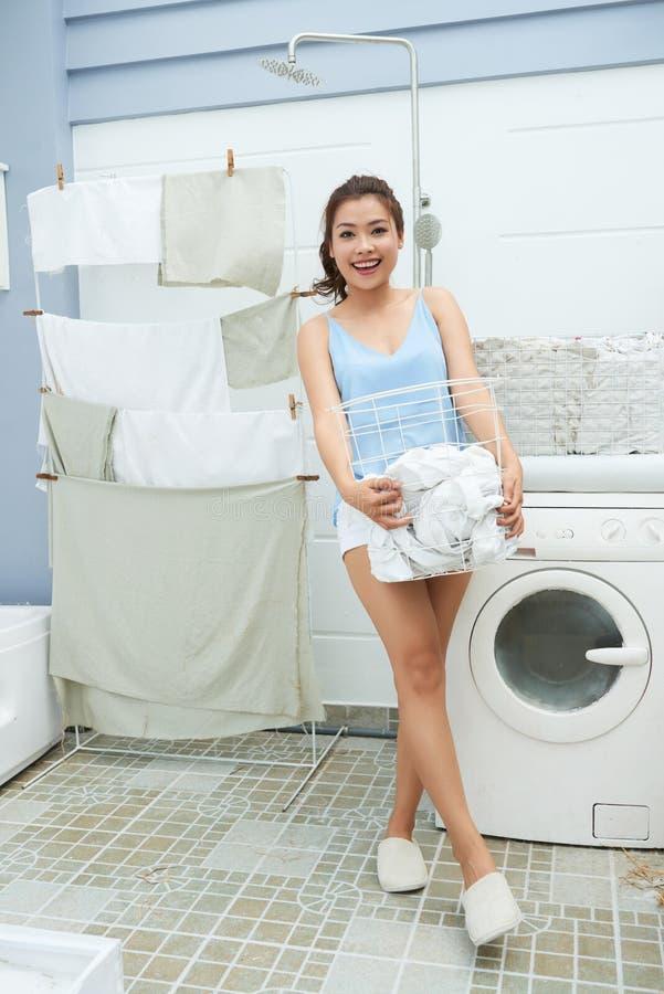 Kobieta w pralnianym pokoju obraz stock