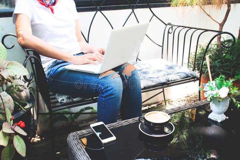 Kobieta w przypadkowego stylu odzieży używać laptop i smartph obraz stock
