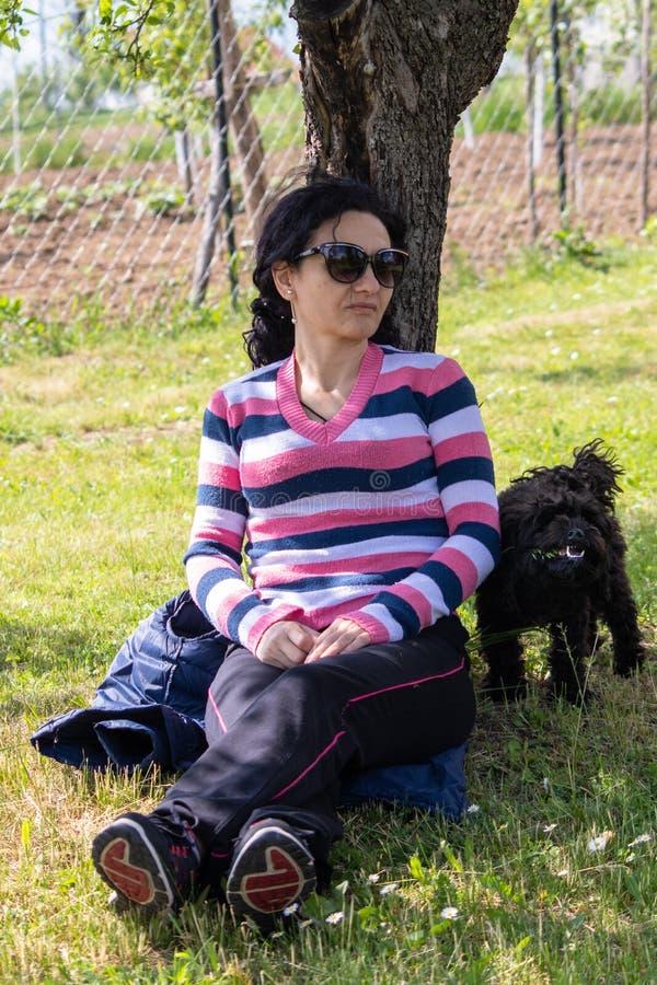 Kobieta w przypadkowej sport odzie?y z psem obraz royalty free