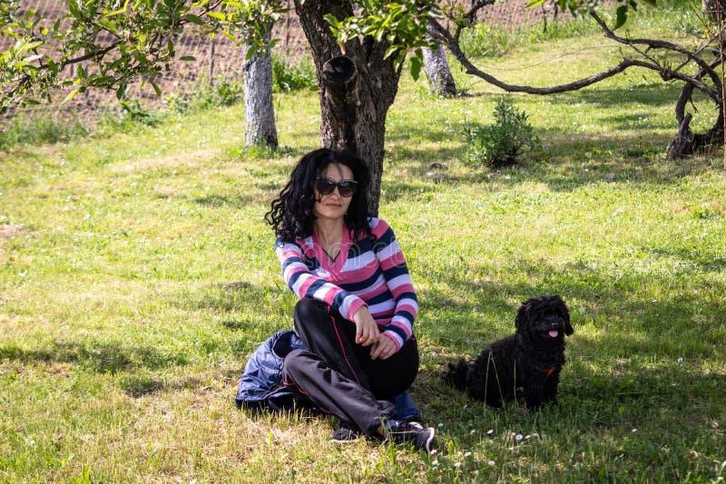 Kobieta w przypadkowej sport odzie?y z psem zdjęcie royalty free