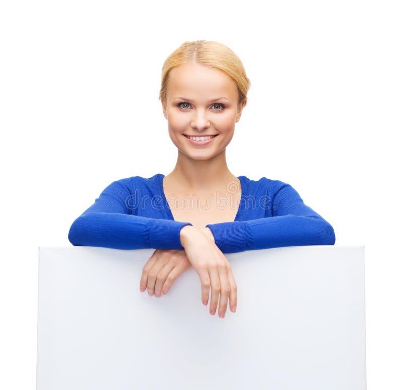 Kobieta w przypadkowych ubraniach z pustą białą deską zdjęcia stock