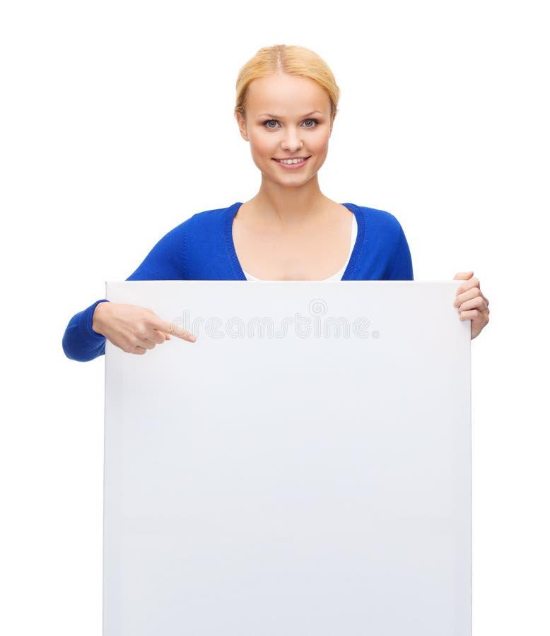 Kobieta w przypadkowych ubraniach z pustą białą deską zdjęcie royalty free