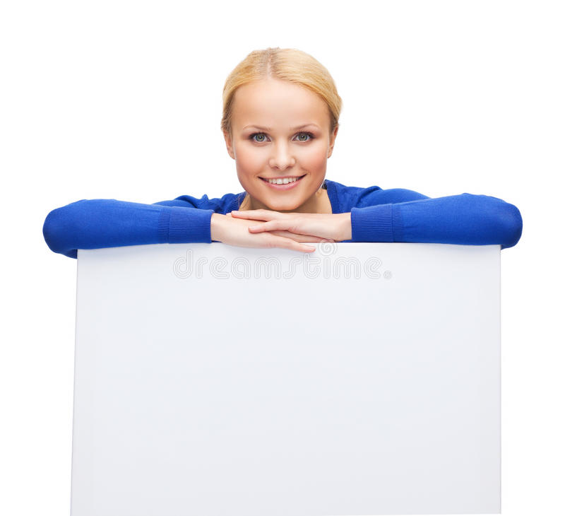 Kobieta w przypadkowych ubraniach z pustą białą deską zdjęcia royalty free