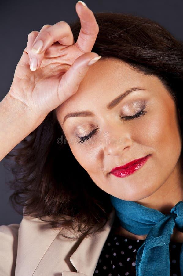 Download Kobieta W Przypadkowym Nowożytnym Stylu Na Czarnym Tle Z Ręką Blisko Zdjęcie Stock - Obraz złożonej z bezprawny, zdrowy: 28950660