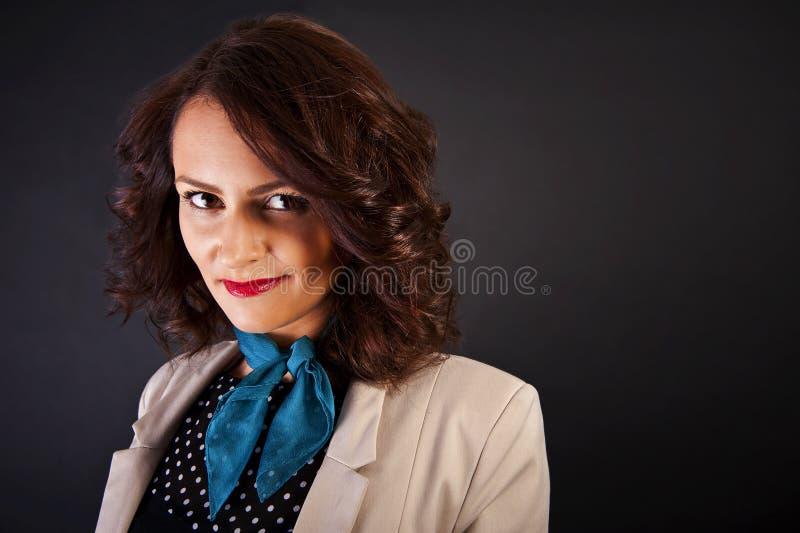 Download Kobieta W Przypadkowym Nowożytnym Stylu Na Czarnym Tle Obraz Stock - Obraz złożonej z dziewczyna, makeup: 28950631