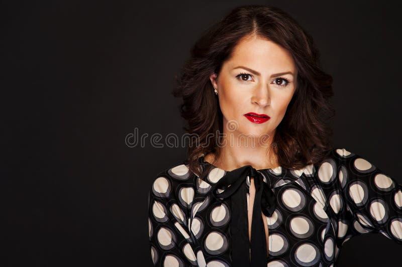 Download Kobieta W Przypadkowym Stylu Na Czarnym Tle Z Splendoru światłem Zdjęcie Stock - Obraz złożonej z femaleness, makeup: 28950690