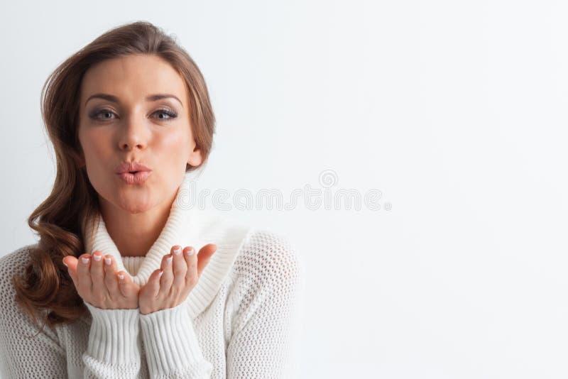 Kobieta w puloweru dmuchania buziaku zdjęcie stock