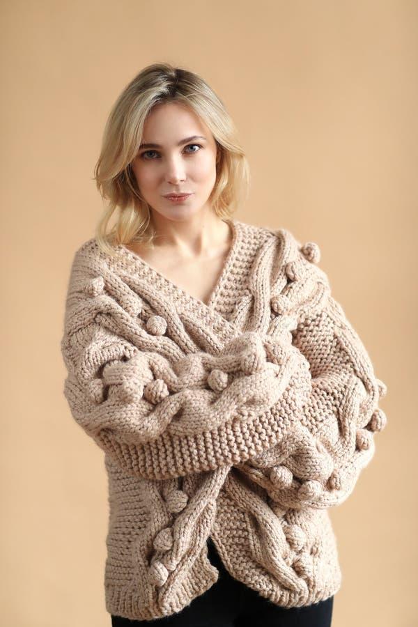 Kobieta w pulowerze obrazy stock