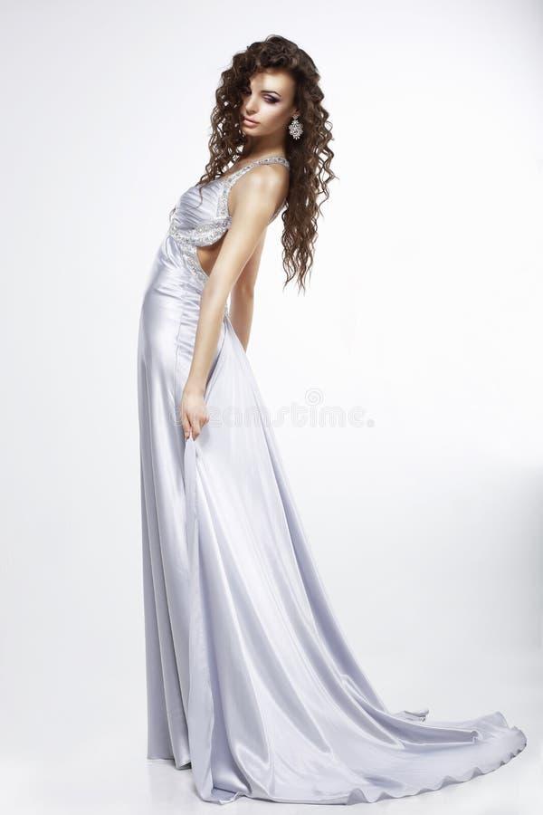 Kobieta w purpurowej jedwab sukni obrazy royalty free
