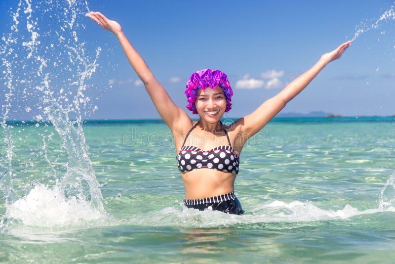 Kobieta w retro swimsuit pluśnięcia wodzie zdjęcie royalty free