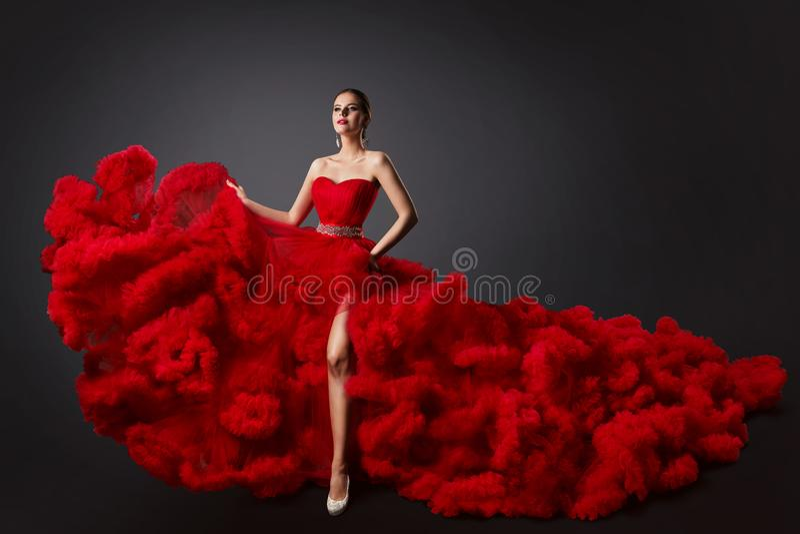 Kobieta w rewolucjonistka Ruched sukni, moda model w Długiej Puszystej falowanie todze fotografia stock