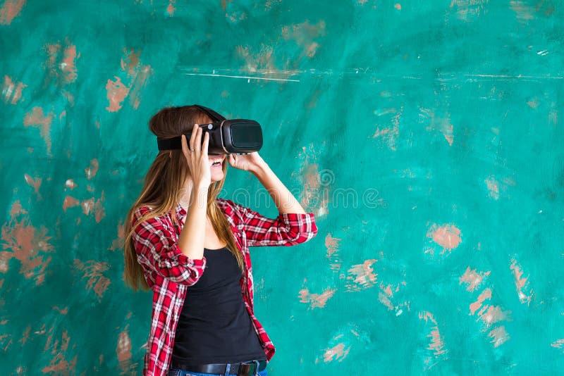Kobieta w rzeczywistości wirtualnej słuchawki cieszy się jej doświadczenie obraz royalty free