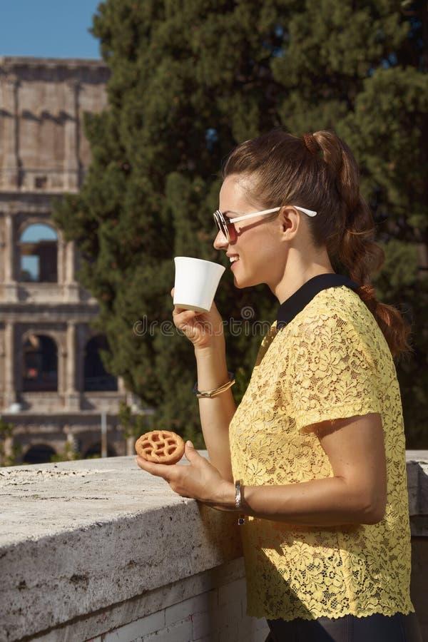 Kobieta w Rzym, Włochy pije kawę z Włoskim mini crostata fotografia royalty free