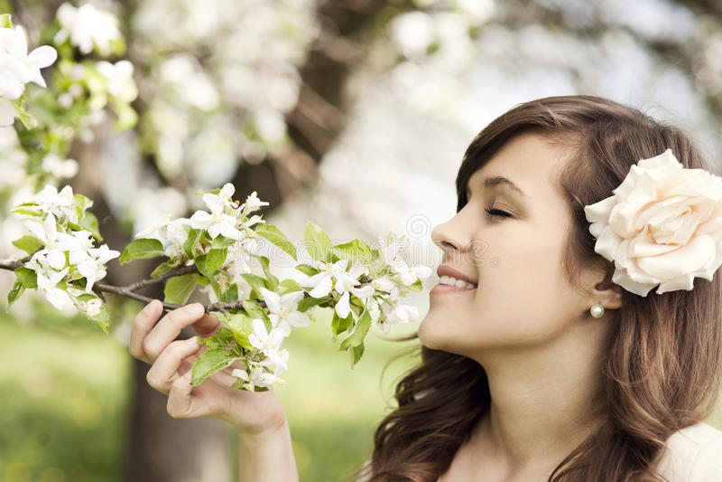 Kobieta w sadzie zdjęcie royalty free