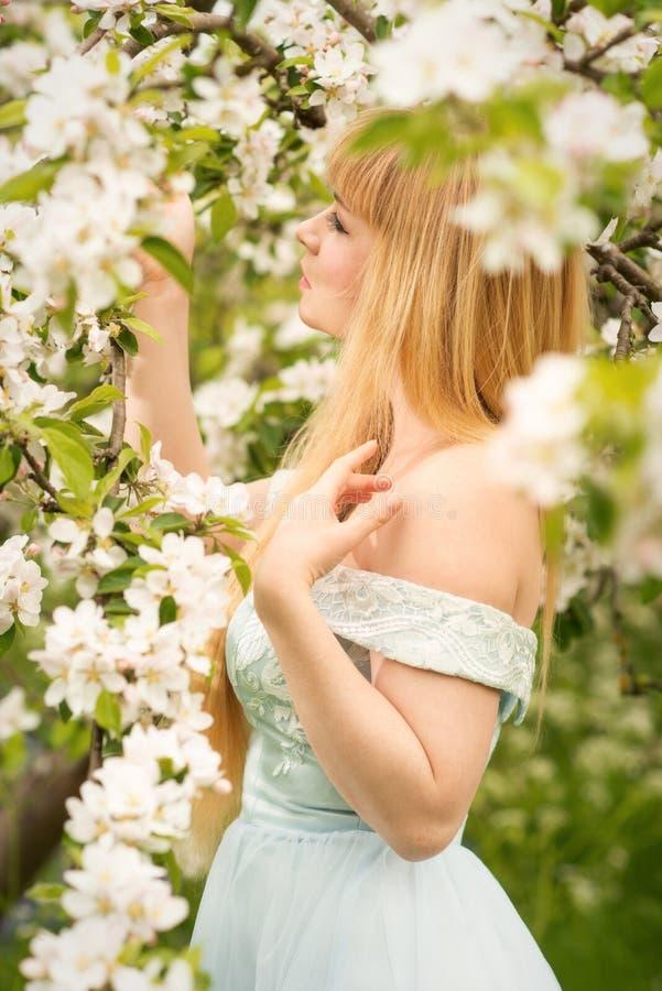 Kobieta W sadzie W wiośnie obrazy stock