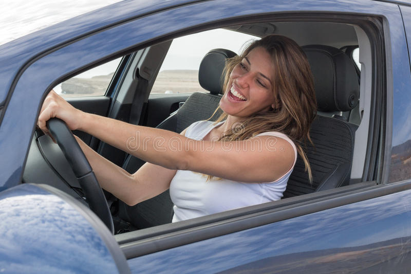 Kobieta w samochodowym śpiewie obrazy royalty free