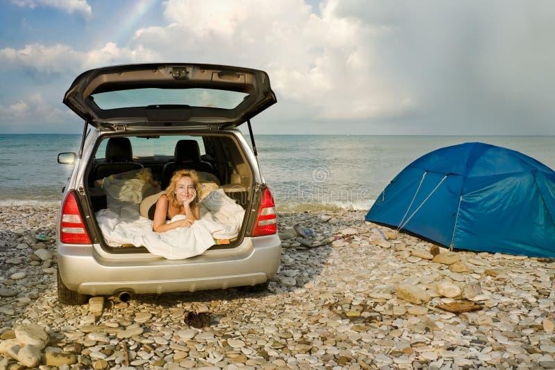 Kobieta w samochodzie obok namiotu zdjęcia royalty free