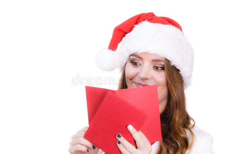 Kobieta w Santa Claus czytania kapeluszowym liście obrazy stock