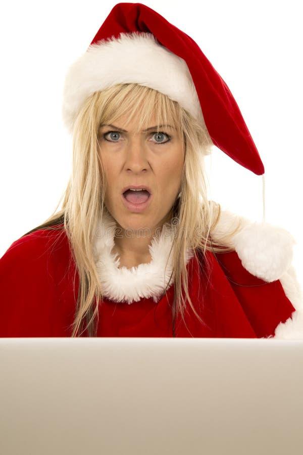 Kobieta w Santa kapeluszu z laptopu usta otwartym zdjęcia stock