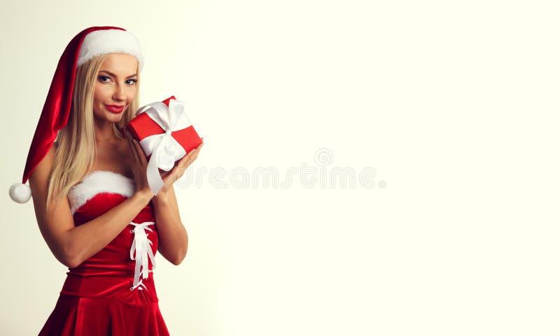 Kobieta w Santa sukni z prezentem fotografia royalty free