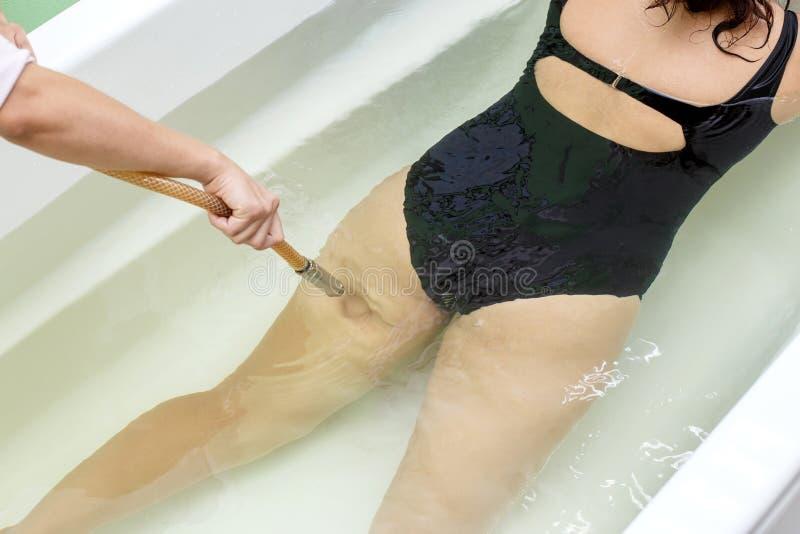 Kobieta w skąpaniu podczas hydromassage w piękno zdroju salonie obrazy royalty free