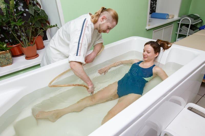 Kobieta w skąpaniu podczas hydromassage w piękno zdroju salonie fotografia royalty free