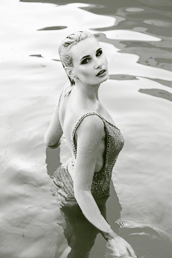 kobieta w smimming basenie zdjęcia royalty free